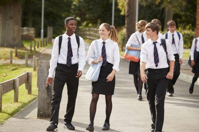 Jovens de uniforme