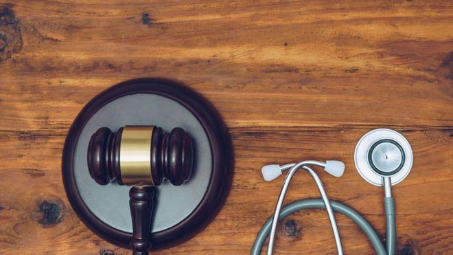 Martelo e estetoscópio representando o Direito e a Medicina
