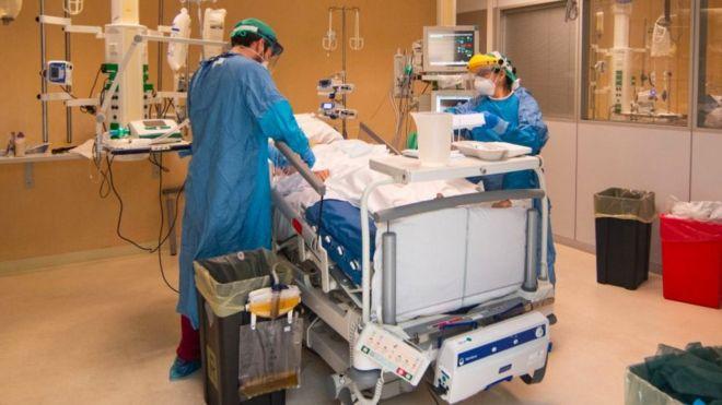 Los síntomas tienen una gran amplitud de rango en su severidad. Según la OMS, el 6% de los casos entra en estado crítico.