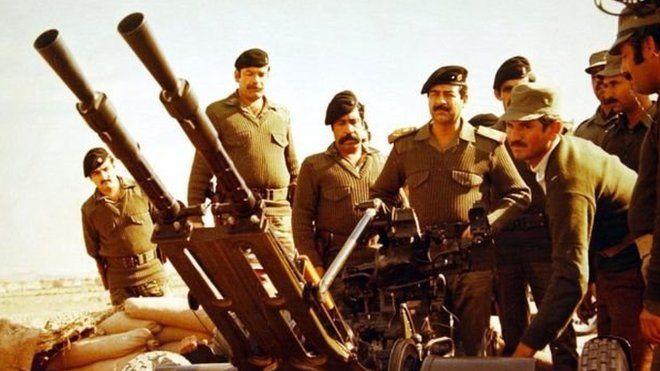 صدام حسین و تعدادی از سربازان آمریکایی