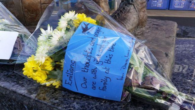 Цветы были оставлены за пределами стадиона Кардифф Сити