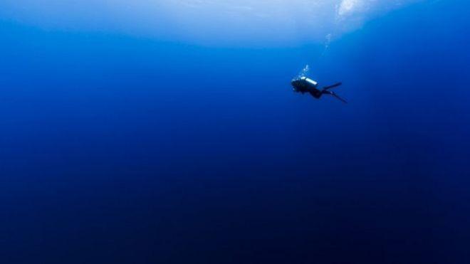 Mergulhador em oceano azul