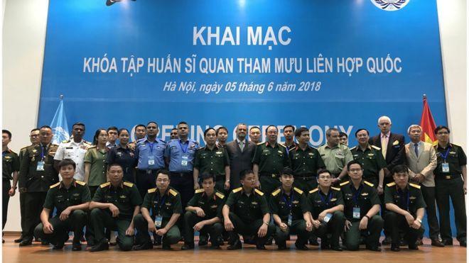 Các sỹ quan Việt Nam cùng các học viên Khóa Tập huấn Sĩ quan Tham mưu LHQ