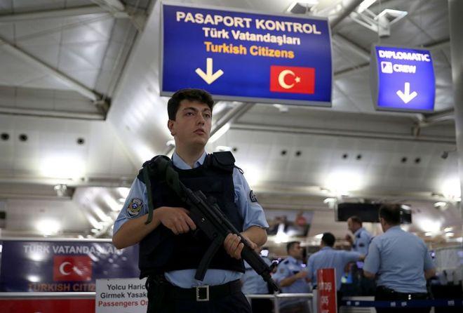 ضابط امن في المطار