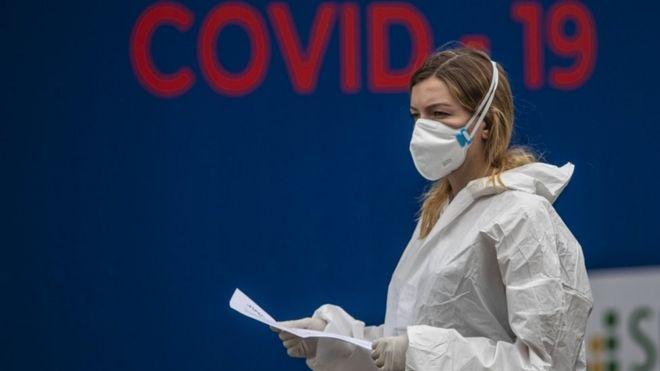 Trabajadora de la salud en Praga.