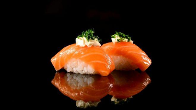 Два кусочка суши нигири содержат около 5 г соли, а одна столовая ложка соевого соуса добавляет еще 2,2 г