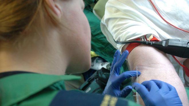 Сотрудник скорой помощи делает инъекцию