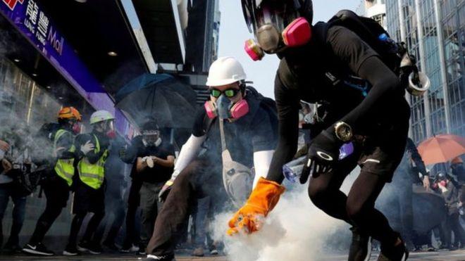 Dự luật cũng nói rằng Hoa Kỳ nên cho phép cư dân Hong Kong được cấp visa vào Hoa Kỳ, ngay cả khi họ đã bị bắt vì là tham gia biểu tình bất bạo động.