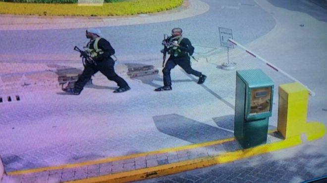 Dos de los atacantes armados