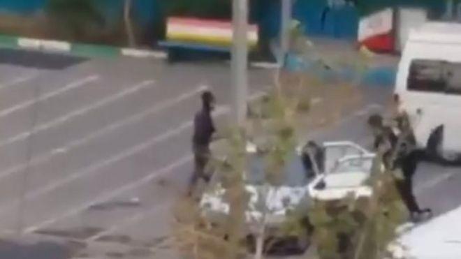 نیروهای امنیتی در تهران از یک دبستان برای بازداشت و انتقال معترضان استفاده می کنند