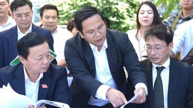 TS Tadashi Yamamura JEBO và Bộ trưởng Bộ Tài nguyên và Môi trường Trần Hồng Hà (bên trái), ông Hà được cho là đã ''đánh giá rất cao'' về công nghệ này ngày 30/10 .