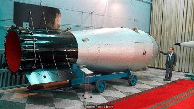 مدلی با ابعاد واقعی از بمب تزار که اندازههای غولآسای این سلاح اتمی را نشان میدهد