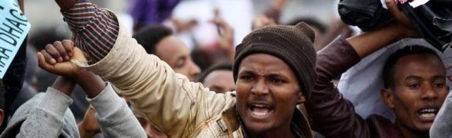 Протестующие выкрикивают лозунги во время демонстрации того, что они говорят о несправедливом распределении богатства в стране на площади Мескель в столице Эфиопии Аддис-Абебе, 6 августа 2016 года.