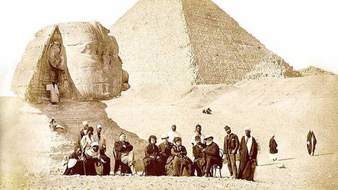O imperador Dom Pedro 2º nas pirâmides do Egito, em 1871, cercado por moradores do país