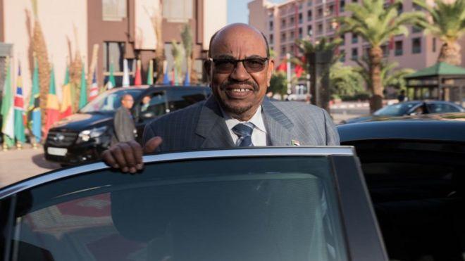 من هو عمر البشير الذي يطالب المحتجون في السودان برحيله؟