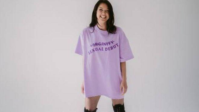 Mulher com camiseta que diz debut sexual