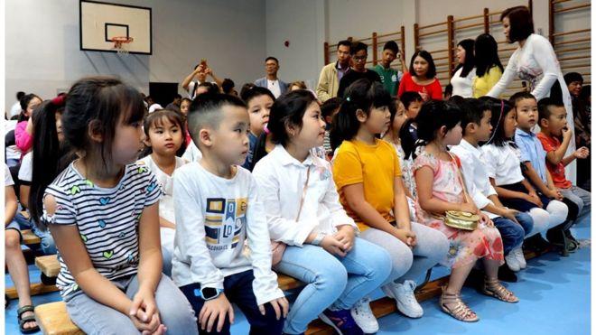 Trẻ em gốc Việt trong ngày lễ khai giảng một lớp tiếng Việt ở Warsaw - ảnh của Võ Văn Long