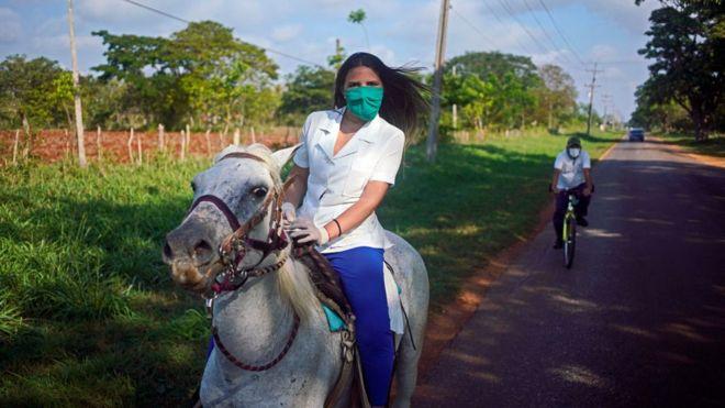 Estudiante de Medicina en caballo
