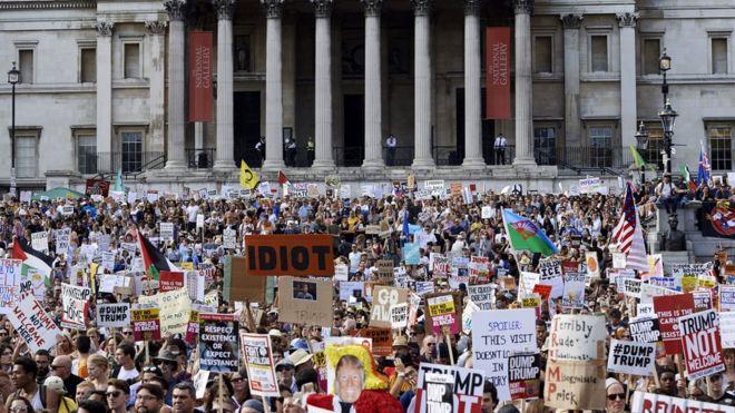 Hàng vạn người tập trung biểu tình chống Trump ở London hôm thứ Sáu 13/7. Trong ảnh là cuộc biểu tình tại Quảng trường Trafalgar ở trung tâm London.