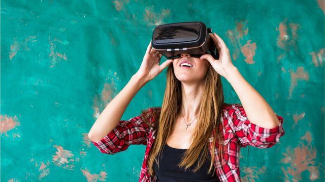 Женщина с маской виртуальной реальности