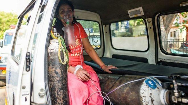 امرأة ترتدي قناع الأكسجين
