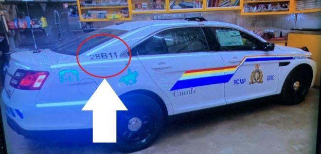 Сообщается, что нападавший использовал машину, похожую на полицейскую