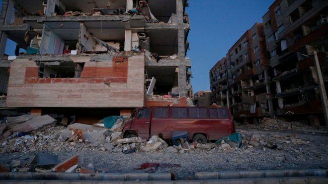 Una camioneta dañada y edificios en ruinas a causa del terremoto en Sarpol-e Zahab, en la provincia iraní de Kermanshah.