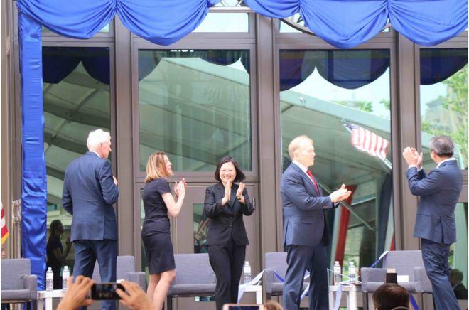 """""""美國在台協會""""新館於6月12日落成,台灣總統蔡英文(中)於揭幕後與嘉賓鼓掌。"""