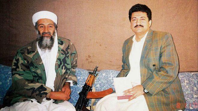 Hamid Mir en entrevista con Osama bin Laden, en Kabul en 2001.