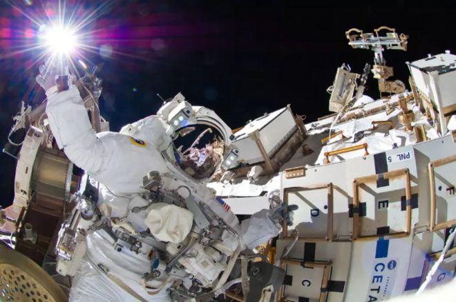 นักบินอวกาศขององค์การนาซาออกปฏิบัติงานที่ด้านนอกของสถานีอวกาศนานาชาติ