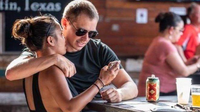 Una pareja en un bar de Texas