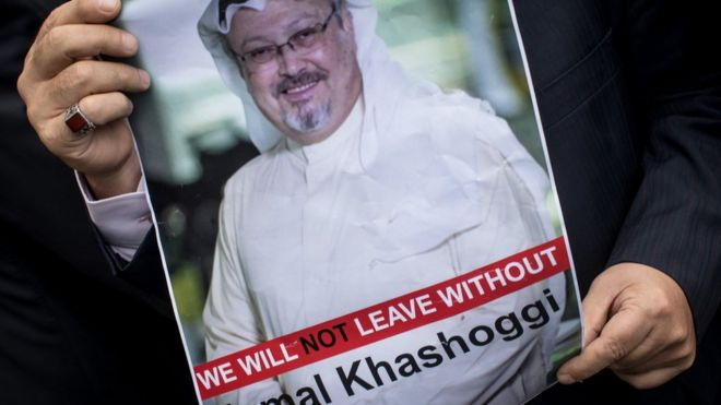 Homem segura cartaz com a foto do jornalista Jamal Khashoggi, que desapareceu após entrar no consulado da Arábia Saudita na Turquia