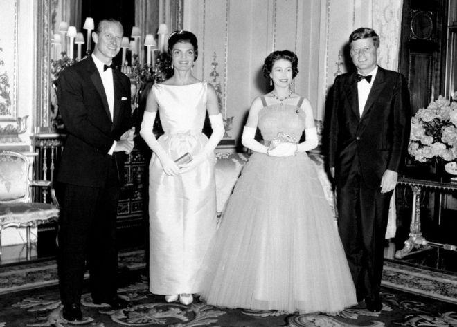 Những năm 60: ảnh chụp cùng Tổng thống Mỹ John F. Kennedy và phu nhân Jackie Kennedy tại Cung điện Buckingham.