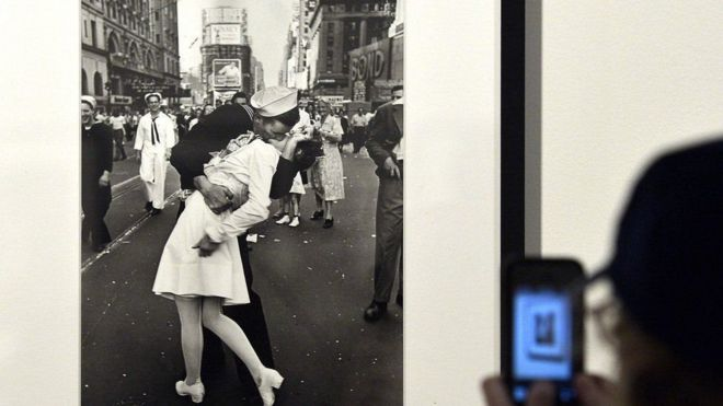 Image result for صاحب أشهر قبلة في ميدان تايمز بنيويورك توفي البحار الأمريكي