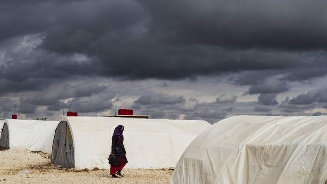 Suriye'nin kuzeydoğusundaki Haseke'de evlerini terk etmek zorunda kalanlar için kamplar kuruldu.