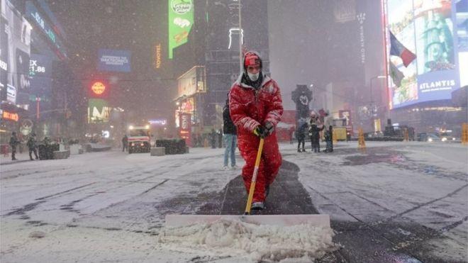 عامل يزيل الثلوج.