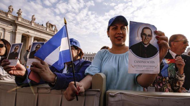 Feligreses presentes en la canonización de monseñor Romero