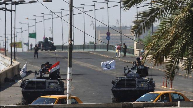قوات الأمن العراقية تغلق جسر الجمهورية لمنع المحتجين من الوصول إلى المنطقة الخضراء في ميدان التحرير بوسط بغداد.