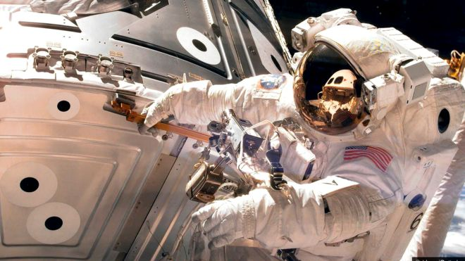 Американский астронавт во время выхода в открытый космос