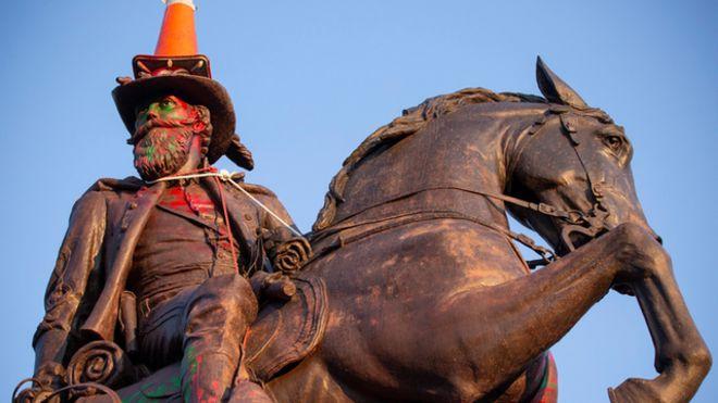 مجسمه یکی از سرداران ارتش جنوب که معترضان قصد تخریب آن را داشتند