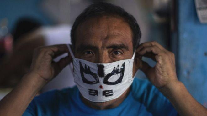 Hombre mexicano con mascara de luchador