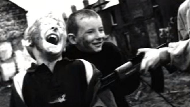 1d690fe117 Imagen del video de Zombie de The Cranberries. (Foto  Youtube)
