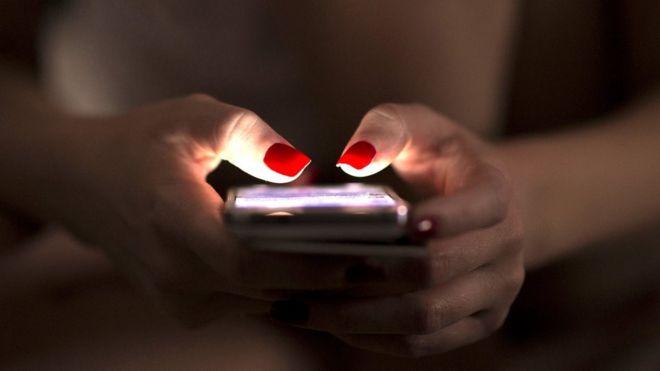 manos y celular