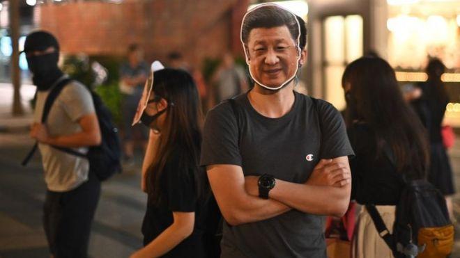 Người biểu tình Hong Kong đeo mặt nạ hình Chủ tịch Trung Quốc Tập Cận Bình