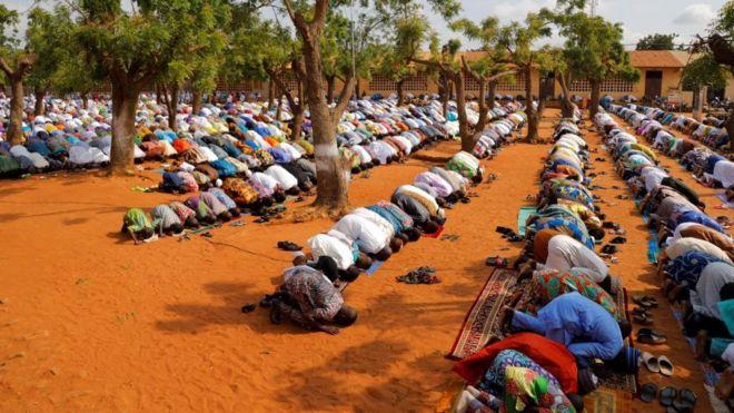 Moment de prière au Togo en Afrique de l'Ouest.
