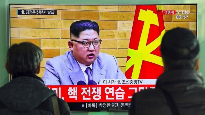Pessoas assitem a discurso de Ano Novo de líder norte-coreano
