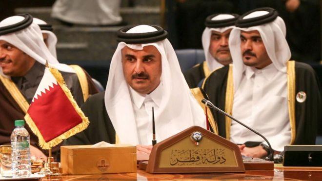 أمير قطر خلال قمة العام الماضي