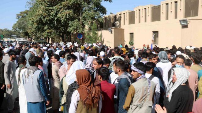 أفغان يسعون إلى الوصول إلى المطار.