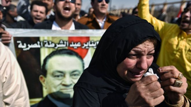 Mourners gather outside Cairo's Field Marshal Tantawi mosque for the funeral of Hosni Mubarak (26 February 2020)
