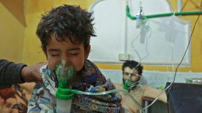 یک مرد و یک کودک سوری تحت درمان